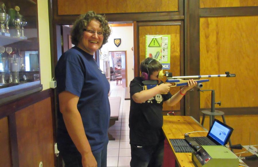 Sportschützin Veronika Mund mit einem jungen Besucher am Lichtgewehr. (Foto: SSG)