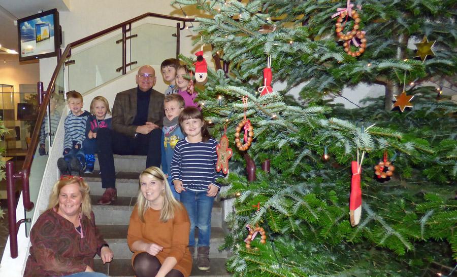 """""""Die Wurzelkinder"""" haben Weihnachtsbaum im Rathaus geschmückt"""