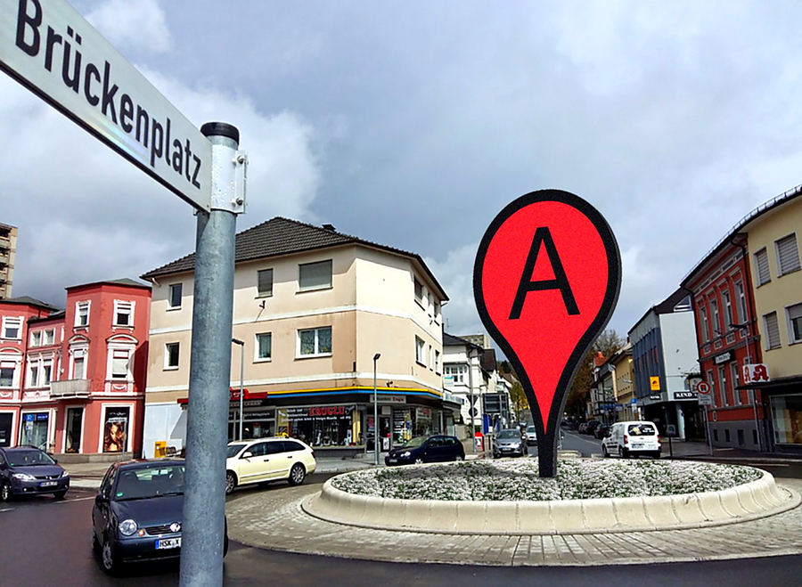 Kunstwerk im Kreisverkehr wird aufgebaut