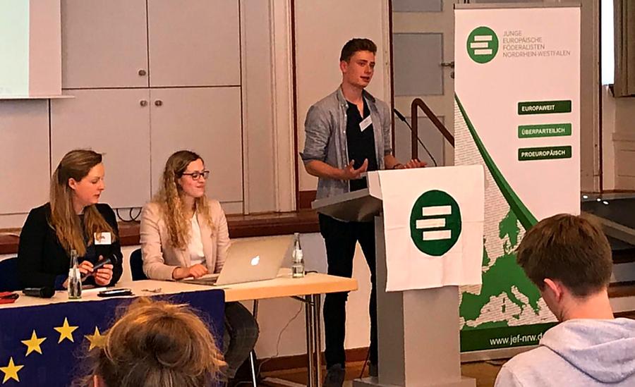 Sekundarschüler aus dem Eichholz in der Rolle von Europaabgeordneten