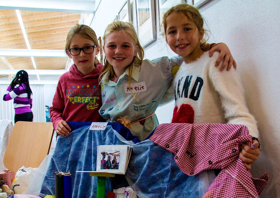 Kinder arbeiten fröhlich mit Berghaus-Künstlern