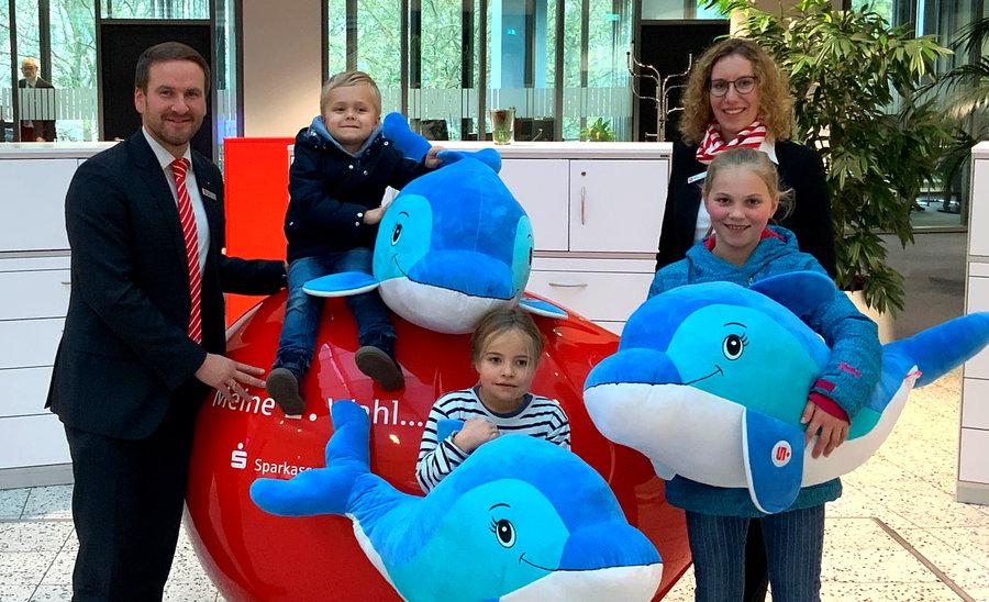 Weltspartag-Gewinner freuen sich über Delfine