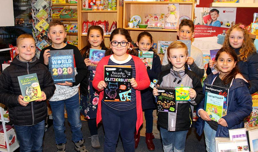 Zehn Kinder durften sich Bücher aussuchen