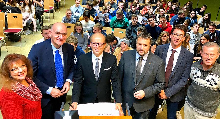 Landtagspräsident diskutiert auf Bildungshügel