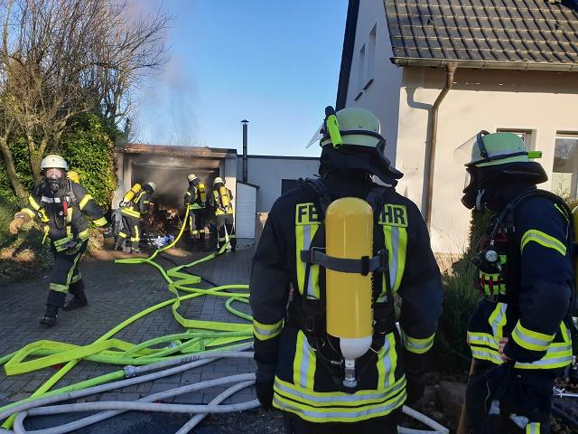 Brennende Garage auf Bergheim – Feuerwehr verhindert Übergreifen