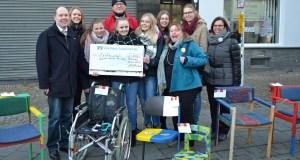 Die Volksbank sauerland überraschte die Jugendcaritas mit einem Spendenscheck über 500 Euro. (Foto: Caritasverband)