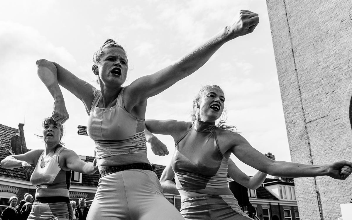 Performance by MAN || CO bewegingstheater bij de Brandaris during Oerol 2019.