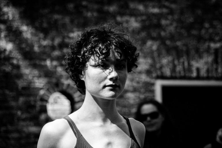 Student van de Fontys Academy for Circus and Performance Art tijdens een optreden in Midsland tijdens het Oerol festival op Terschelling.