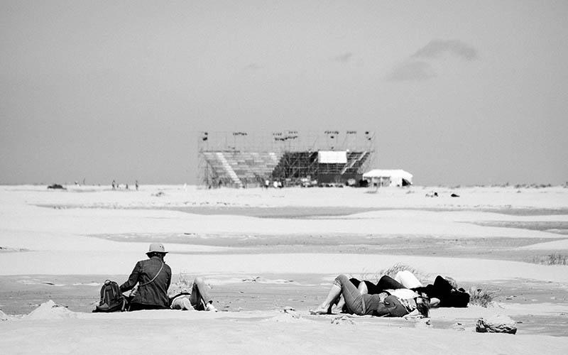 Oerolgangers op het strand met een tri