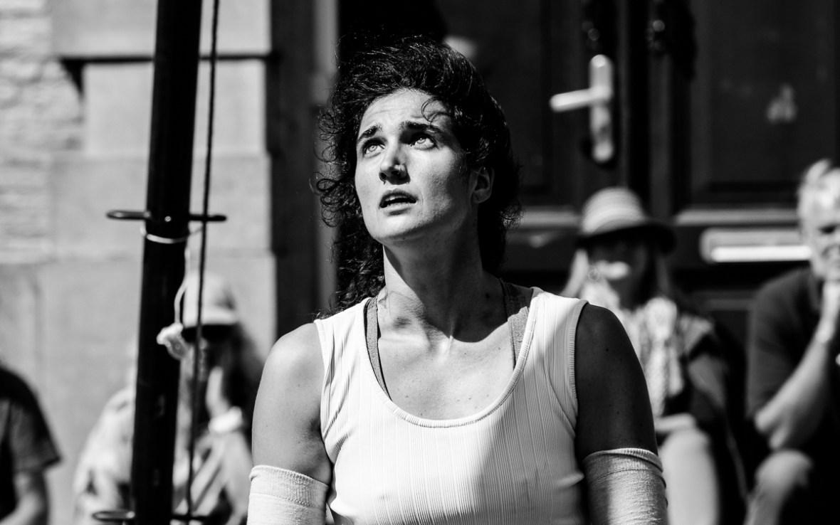 Júlia Campistany tijdens haar voorstelling It Happens op Oerol 2019.