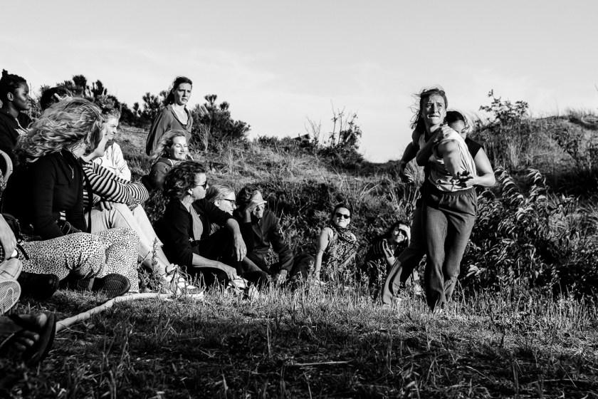 Arnhemse Meisjes dansen in een duinpan tijdens de Horizontoer 2019