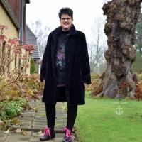 Outfit mit gepimpten Schuhen und Plüschmantel