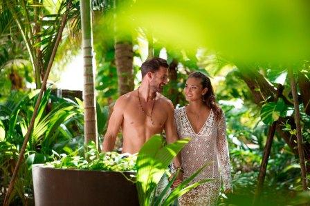 Couple en train de marcher au resort