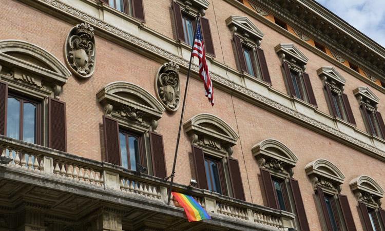 bandiera arcobaleno ambasciata usa italia