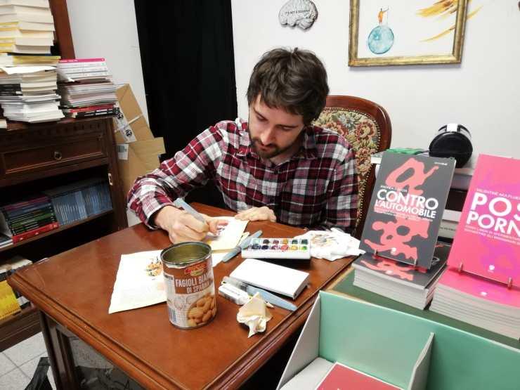 L'artista Simone che lavora al progetto di Luna's Torta