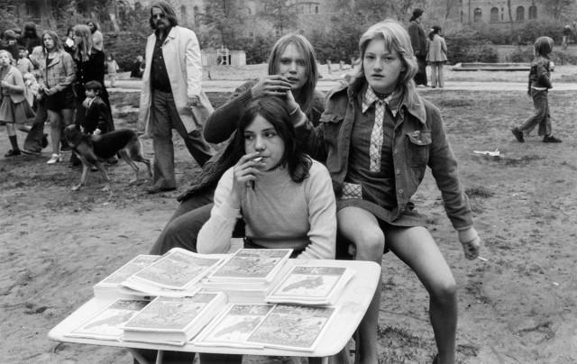 """Mädchen verkaufen die Kinderzeitschrift """"Keule"""" Fest auf dem Mariannenplatz, 1. Mai 1972, © Jutta Matthess"""