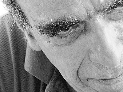 """Affonso Romano de Sant Anna (Belo Horizonte MG, 1937) formou-se bacharel em Letras Neolatinas na Faculdade de Filosofia da UFMG, em 1962. Em 1964, tornou-se doutor em Literatura Brasileira pela UFMG, com tese sobre Carlos Drummond de Andrade. No ano seguinte seria publicado seu primeiro livro de poesia, Canto e Palavra. Na época, já trabalhava como colaborador em periódicos como Estado de Minas Gerais, Diário de Minas, Tendência e Leitura. Entre 1970 e 1983 foi diretor do Departamento de Letras e Artes da PUC/RJ, onde organizou a Expoesia (1973), espaço de encontro das novas correntes poéticas da década de 1970. Na década seguinte foi professor na Universidade do Texas (Estados Unidos), na Universidade de Colônia (Alemanha) e na Universidade de Aix-en-Provence (França). Entre 1990 e 1996 foi presidente da Fundação Biblioteca Nacional. Publicou vários livros de ensaios e crônicas. A poesia de Affonso Romano de Sant'Anna, de tendência contemporânea, é influenciada pela obra de Carlos Drummond de Andrade, Cecilia Meireles, Manuel Bandeira, Mário de Andrade. Para o critico Donaldo Schuller, """"a palavra, por construir, por reunir, por contestar, tem nos versos de Affonso ressonância helênica, traço de união entre corpos, entre o corpo e o universo.""""."""