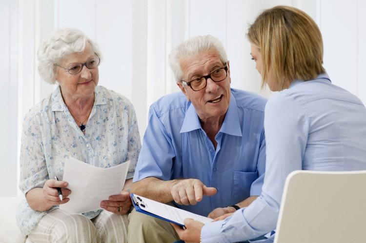 Gut beraten: Bei der Beantragung von Zuschüssen für Umbaumaßnahmen helfen die Experten der Pflegeversicherung weiter. Foto: djd/IKK classic/thx