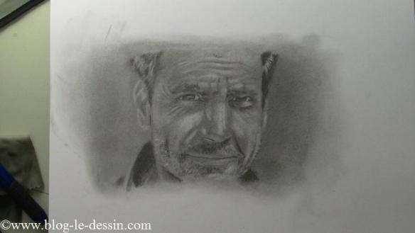 Un homme dessiné avec les crayons et les estompes.