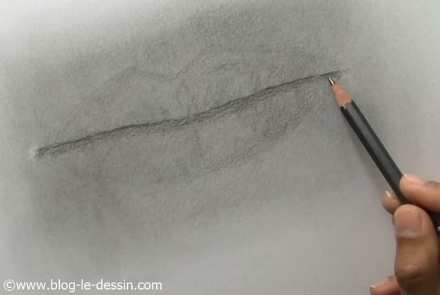 Je trace l'ouverture avec un crayon gras et place l'ombre portée.