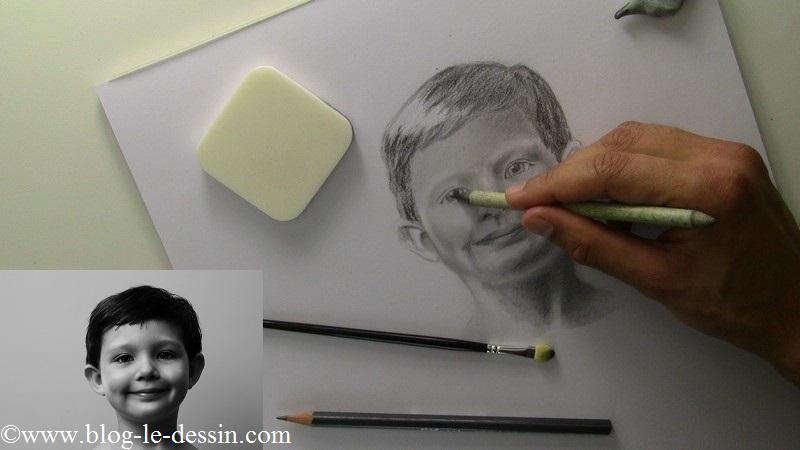 Avec beaucoup de minutie et la pointe de l'estompe je reviens travailler les yeux du portrait.