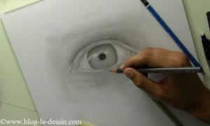 Je trace l'intérieur de la pupille avec un gris sombre.