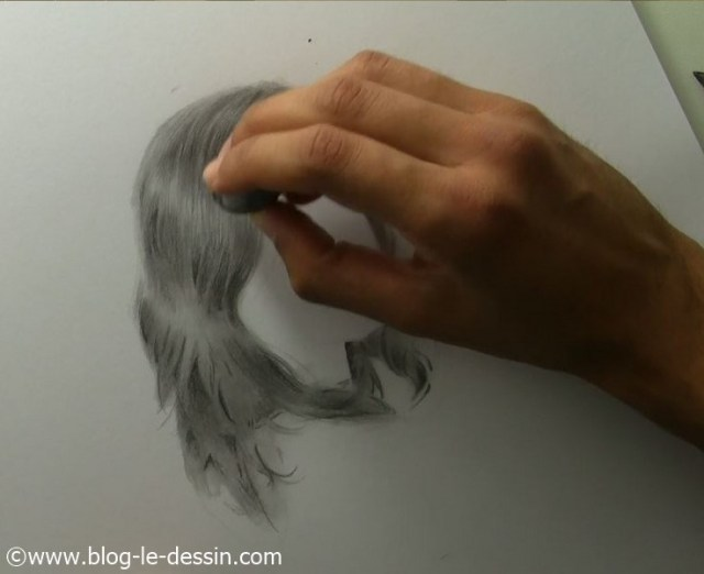 Je tapote avec ma gomme sur la zone de la coiffure à éclaircir.