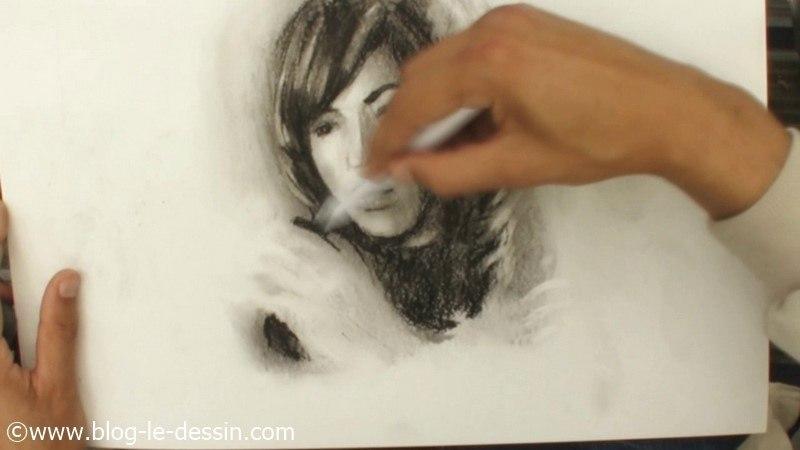 portrait femme fusain dessin estompe poudre gomme