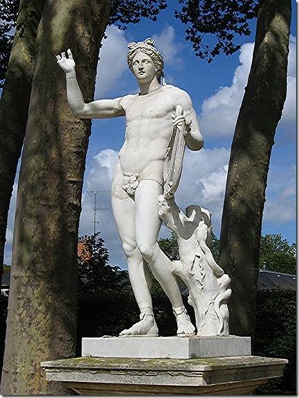 La statut d'Apollon, statue dans les jardins du chateau de Versailles