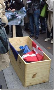 Le cercueil recueillant le corps du bébé globicéphale massacré lors d'un grind - Photo : John Cros
