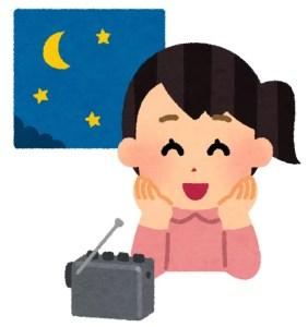 深夜にラジオを楽しむ女性