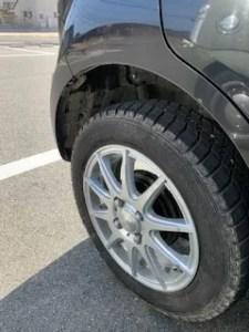 軽自動車とスタッドレスタイヤの写真