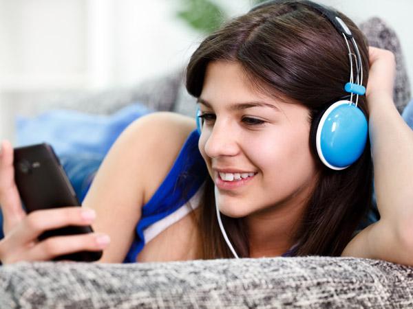 streaming-smartphone-pandora-listening