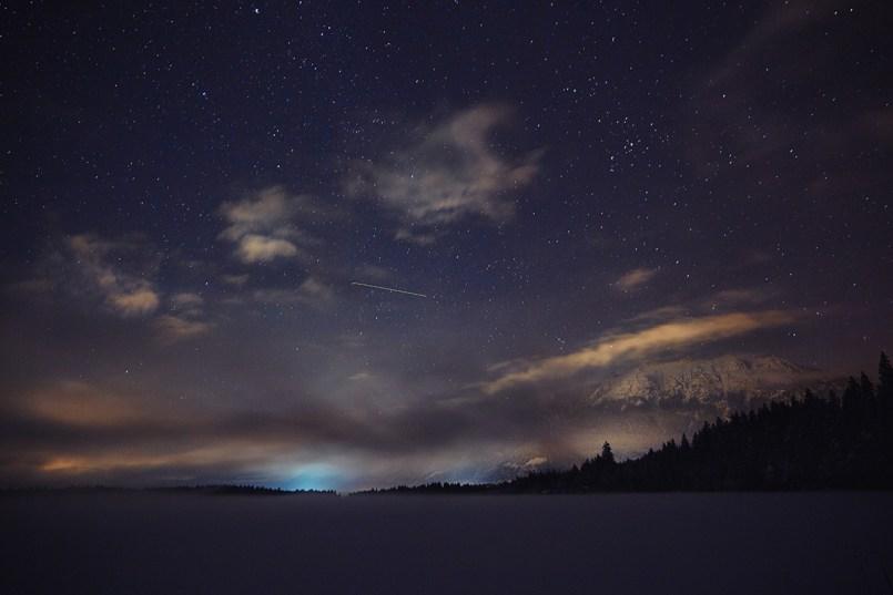 Sternenhimmel im Winter über Barmsee, Bayern, Deutschland
