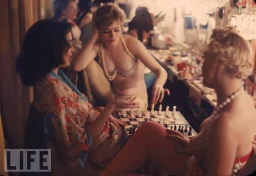w nocnym klubie też grają w szachy...
