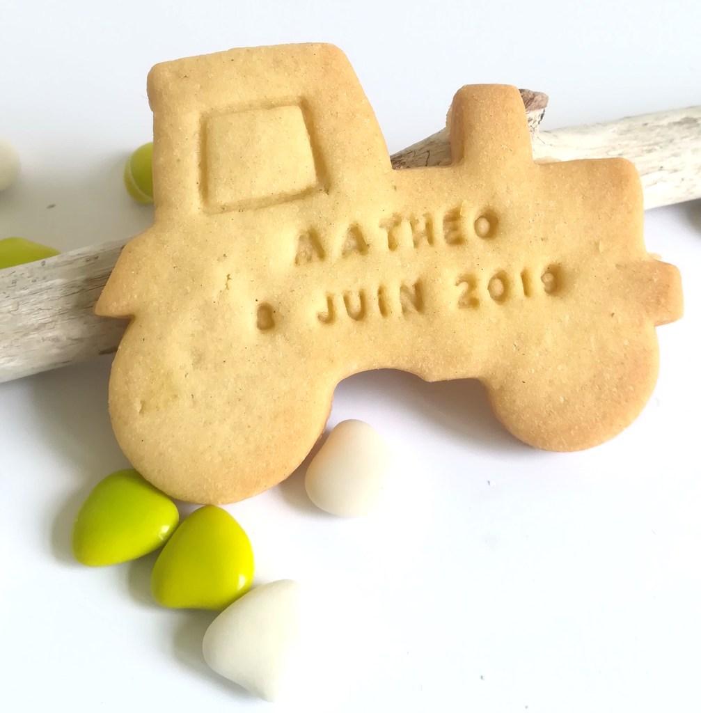 Biscuit sablé, en forme de tracteur. Baptême thème agriculture, champêtre, champ. Biscuit personnalisé avec prénom et date.
