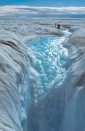 Un canyon di ghiaccio causato dal progressivo discioglimento in Groenlandia