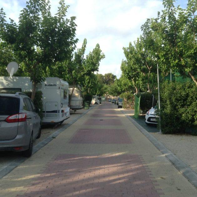 Calle y Parcelas del Camping La Marina de Alicante