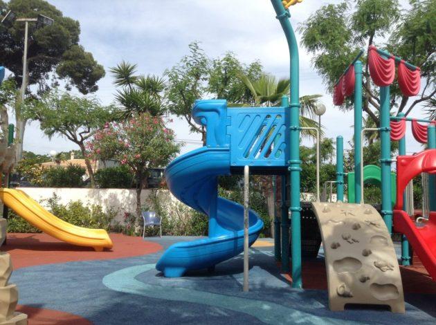 Parque infantil del Camping La Marina de Alicante. Tobogan