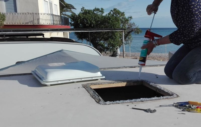 Instalando la claraboya en el techo de la caravana