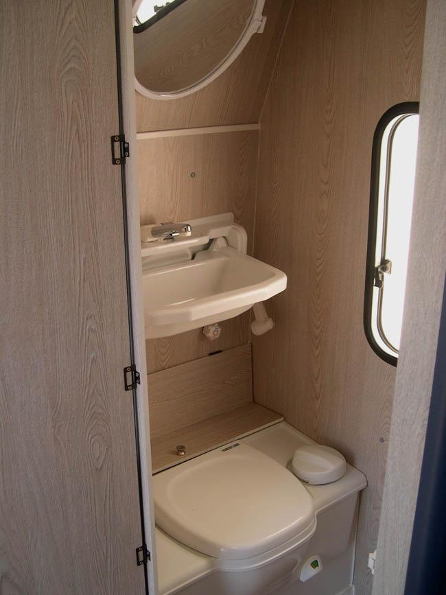 Cuarto de baño de una caravana de ocasión