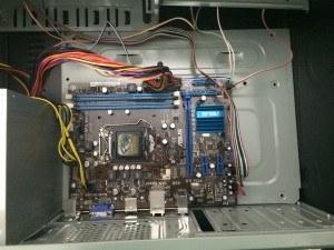 Conectando os cabos da fonte, botões de power e reset e LEDs de Power On e Reset. Mais a direita o cabo de Áudio e USBs frontais