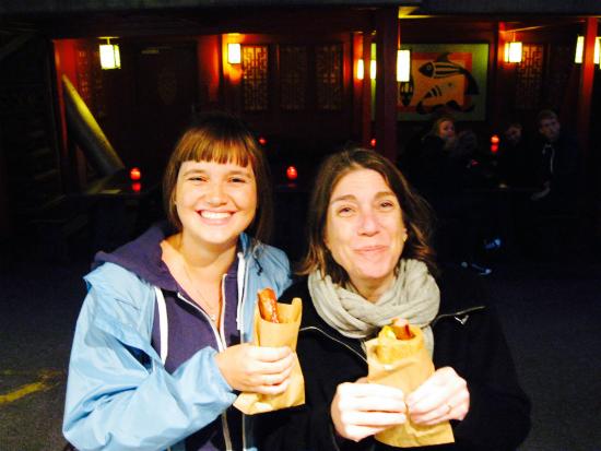 Viagem - Minha amiga Loes e eu em Copenhagen comendo o melhor hot dog do mundo!