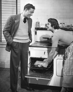 UNITED STATES - CIRCA 1950s:  Couple dans une cuisine