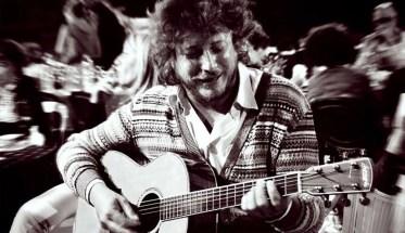 Stefano Vergani cantautore con la chitarra mentre suona