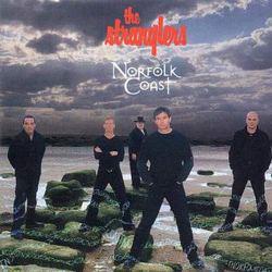I The Strangler nella copertina del disco Norfolk Coast, con alle spalle il mare