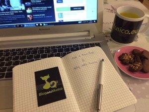 computer quaderno tisana e biscotti per Blog della Musica