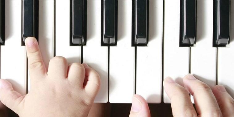 mani di bimbo su pianoforte