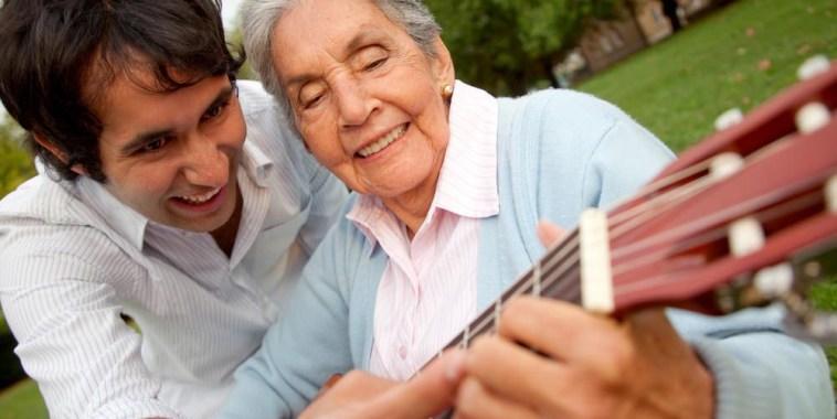 donna anziana con chitarra