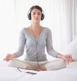 Come meditare la posizione corretta seduti schiena dritta ginocchia piegate